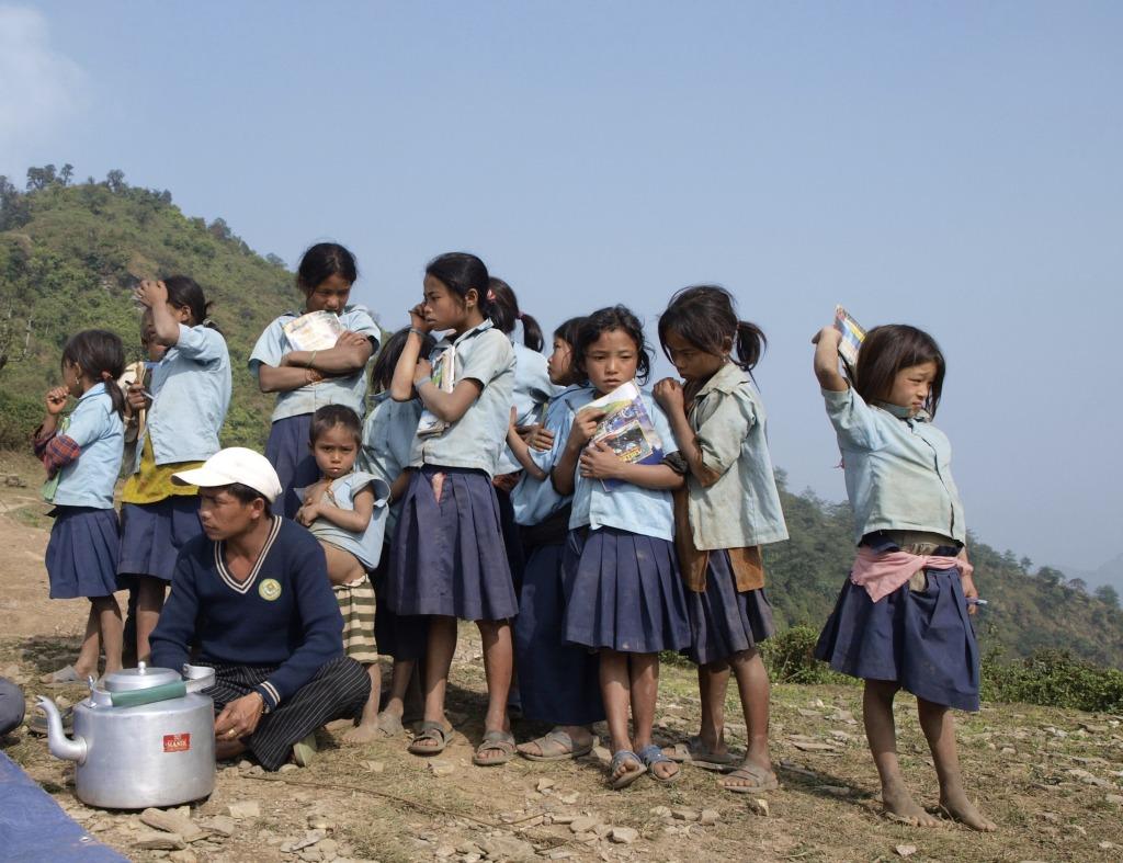 Elever fra landsbyskolen i Chepang Gaon med landsbylederen i front